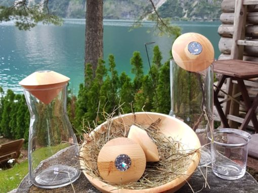 Wasserkaraffe mit handgedrechseltem Zirbenstöpsel und Glas
